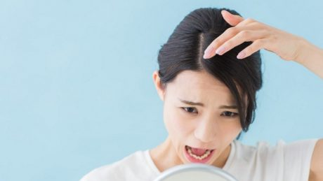 一日の抜け毛の本数は何本?一般的な抜け毛の平均本数や基礎知識について